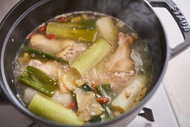 画像: ゴロッと鶏手羽が入った参鶏湯風のみそ汁で元気に