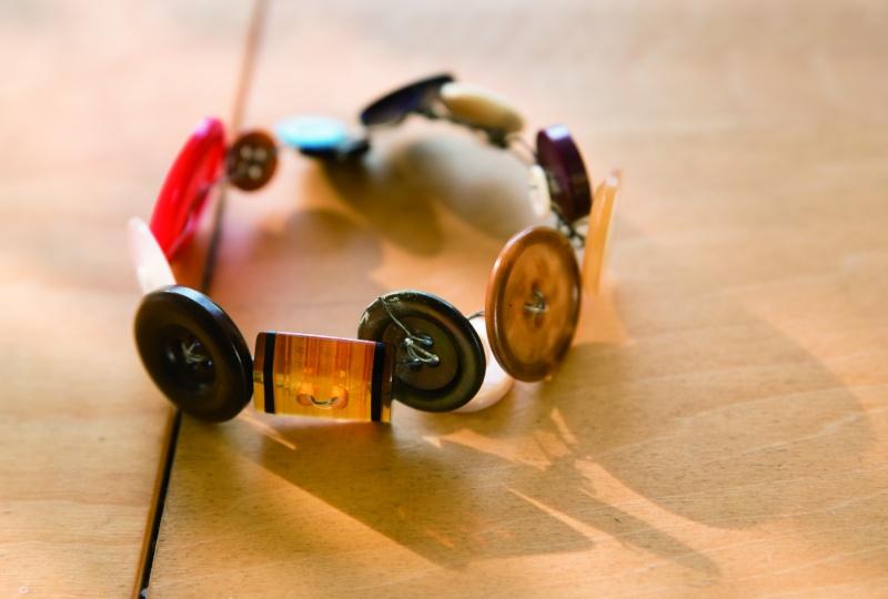画像: ますますボタン好きになるきっかけになった、友人から贈られたブレスレット。 「イタリアのお土産です。ラフだからこそ、ボタンの美しさが印象的なの」
