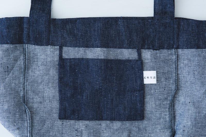 画像: 2ポケットの逆側にあるポケットは、19cmの広め幅。天然生活のタグがついています