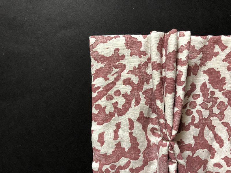 画像: 三つ折りにして手縫いで形を整え、プリーツを仕上げる