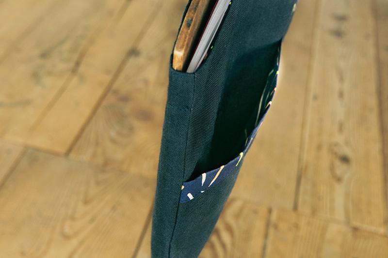 画像: 外側のポケットの入れ口は、裏地で包んで。ポケットの内側に切り替えがないので、滑りがよい。脇は、袋布と一緒に縫う仕立て