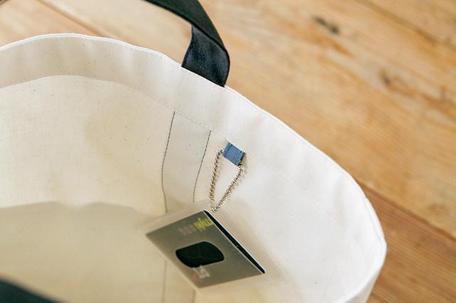 画像: バッグの入れ口は見返し仕立て。持ち手の縫いしろを隠すだけでなく、保形の効果も。タブは、定期や鍵などを付けるのにも活躍