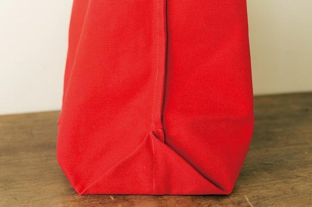 画像: 内側。脇を袋縫いにすれば、ジグザグミシンいらずで見た目もきれい。マチは、折り上げて脇の縫いしろに留めると自立を助ける