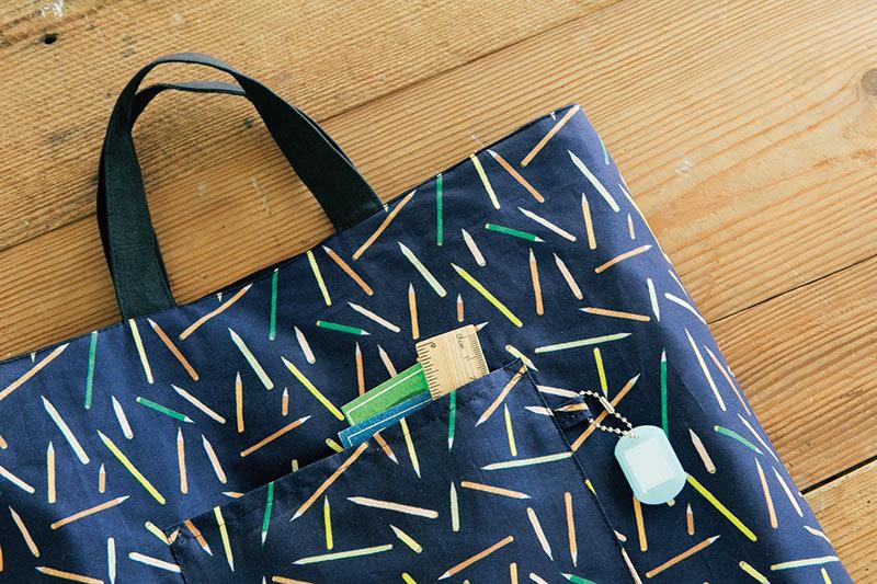 画像: 内側の布はリバティプリント。見えない部分だが、柄選びも楽しみのひとつ。名札用のタブは内ポケットに挟んで付けている