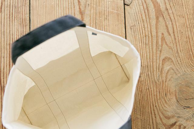 画像: 裏地を付けないタイプだが、脇やマチの縫いしろは表に見えないよう処理されている。長くきれいに使える、考えられたデザイン