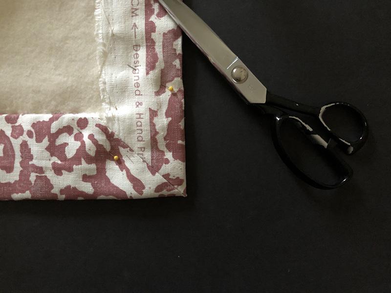 画像: マイター折りの角をラダーステッチで縫い付けたところ
