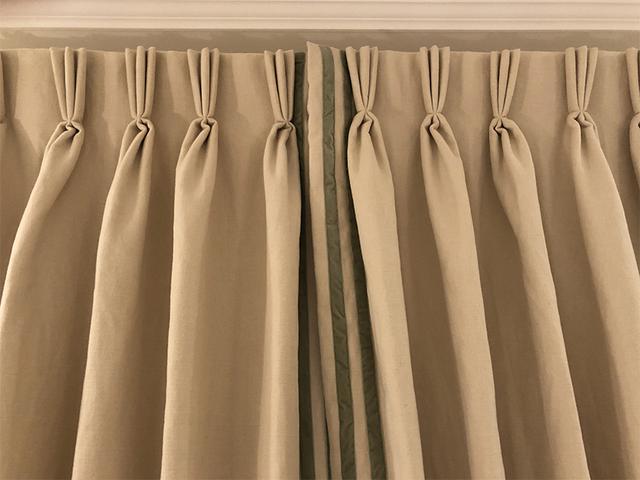 画像: 上で紹介したクライアントとの打ち合わせで提案したカーテンが完成したもの。プリーツを整え、リボンをかけて納品です。ベルベットの緑のリボンが、アクセントに