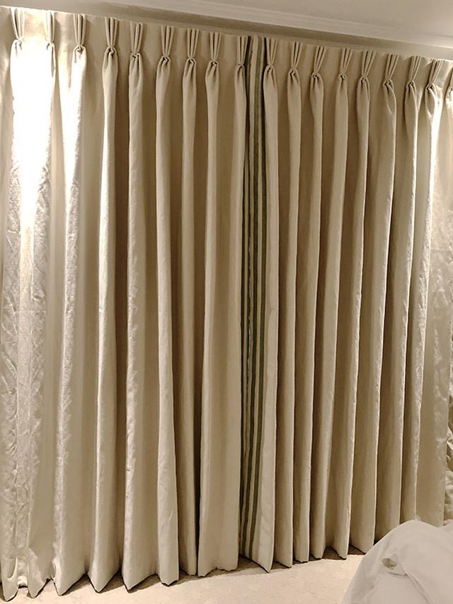画像: 三つ折りのドレープが美しいカーテン。ひだに厚みがあり、存在感たっぷり