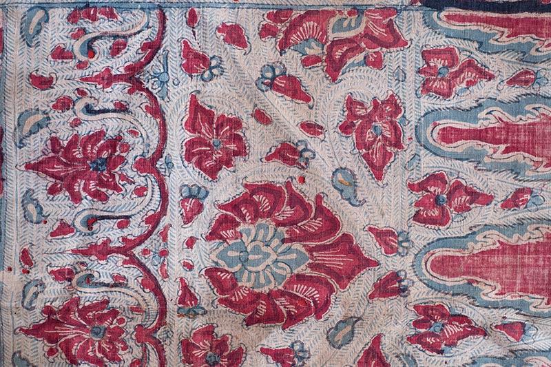 """画像: コロマンデル産(18~19世紀?)の胡麻手の手描き更紗。背景の細かな点が""""胡麻""""、右端のギザギザが""""鋸歯(きょし)"""" と呼ばれる模様。CALICOの古渡更紗復刻柄はこの布のデザインをもとにした"""