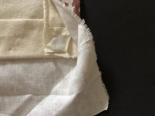 画像: 小さな袋におもりを入れて中綿に縫い付けたところ