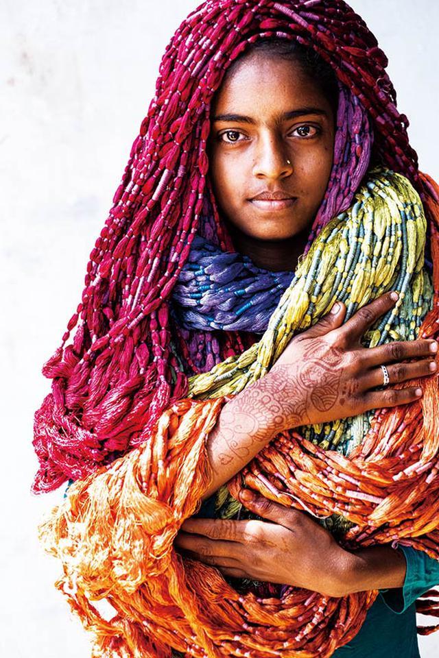 画像: ロイヤルブロケーズのパレシュが手がける色とりどりの糸。糸は絣の模様に合わせて防染用の糸が巻かれ、染め分けられている