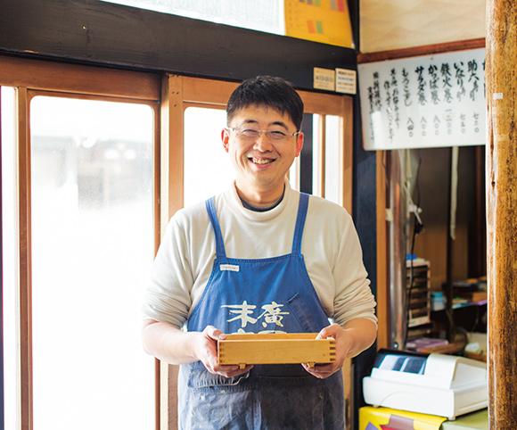 画像: 創業約70年の「末廣寿司」三代目の野口さん。「もろこは田んぼの用水などに棲息しています。生きた状態で仕入れるのが大事」