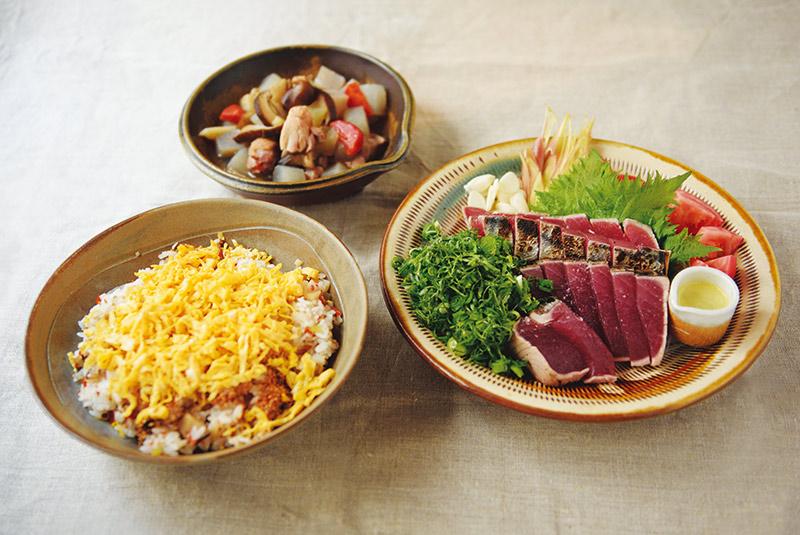 画像: 上から時計回りにぐる煮、かつおの塩たたき、五目寿司