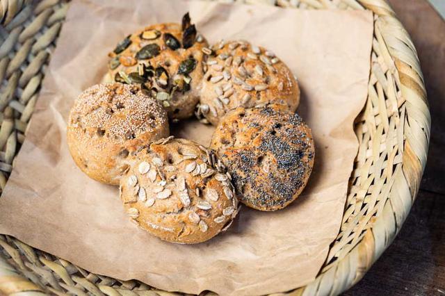画像: ライ麦30%、国産小麦70%の「パーティークランツ」。おもてなしにもぴったりのかわいらしいパンです