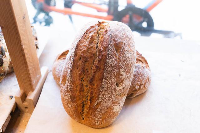 画像: ライ麦50%、小麦50%の「ベルリーナラントブロート」は、ドイツの食事パンの代表格。小麦は国産小麦を使用