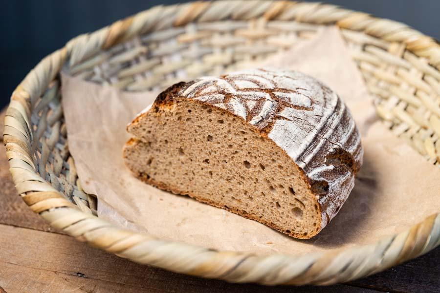画像: 看板商品「ロゲンブロート」は、オーガニックのライ麦を100%使用。チーズやワインとの相性が抜群です