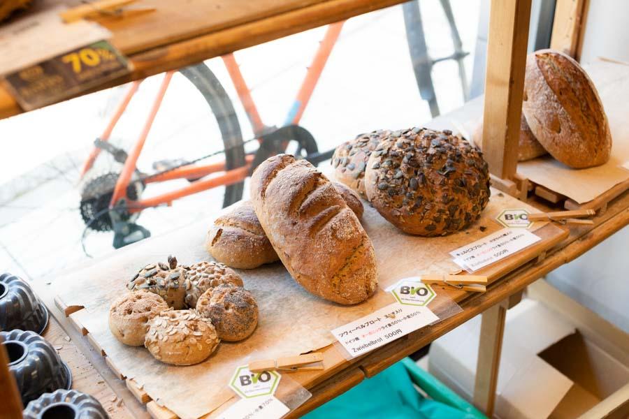 画像: できるだけオーガニックの材料を使ってつくられるパンは、毎日25種類ほどが並びます