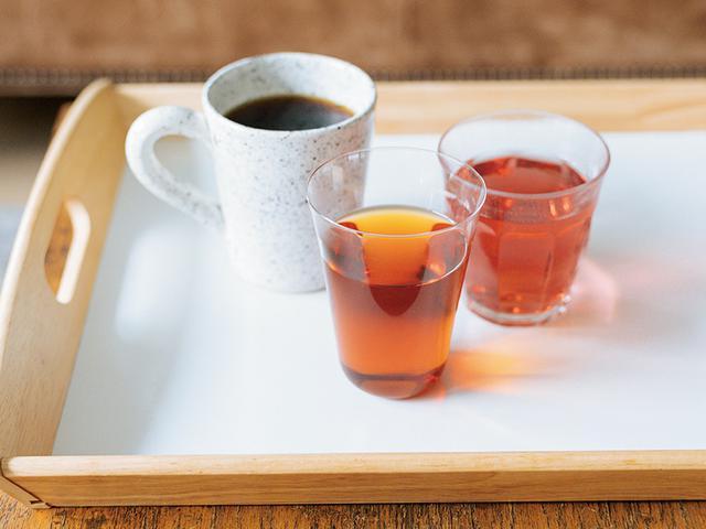 画像: 「ふだんはコーヒーを飲むことが多いです」と本多さん。アルカリイオン水はそのまま飲むのはもちろん、コーヒーや緑茶、紅茶など、家族の好みに応じた飲み物をつくる際にも活躍。赤ちゃんのミルクづくりには浄水を