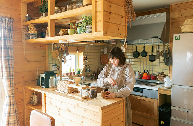 画像: キッチンはBESSのオリジナルで、L字型の壁付けタイプ。コの字型にカウンターが回してある。「コンパクトなスタイルで使い勝手がいい」と尚子さん