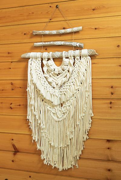 画像: マクラメ編みは枯れ木を使ってハンギングしてオブジェに。板張りの壁とも似合っている
