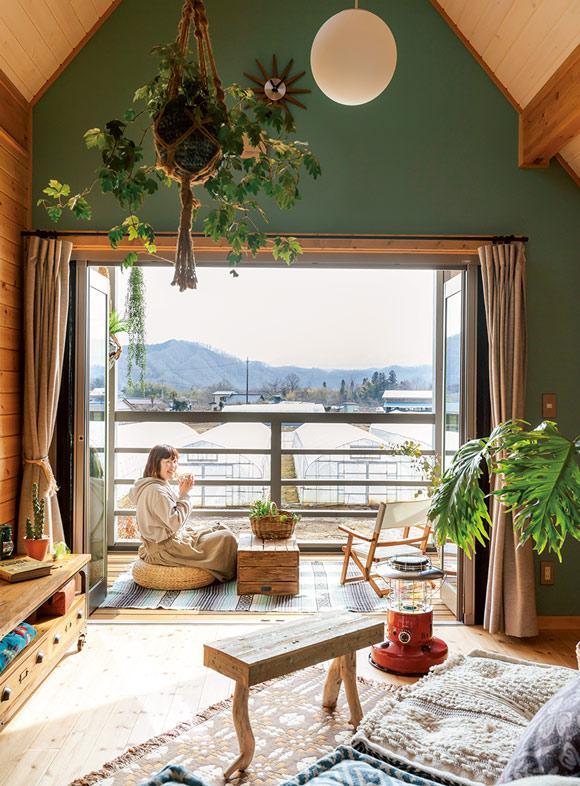 画像: NIDOでは外の景色を眺めながら、ほっこり過ごすという尚子さん。イタリア語で「巣」を意味するというNIDOは、大屋根の深い軒に守られた、室内でもなく、屋外とも違う雰囲気の空間