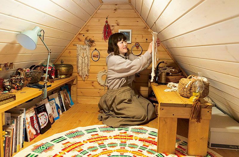 画像: 趣味に没頭するのは2階のセカンドリビング上部のグルニエ。「小さな空間ですが、集中するにはうってつけです」