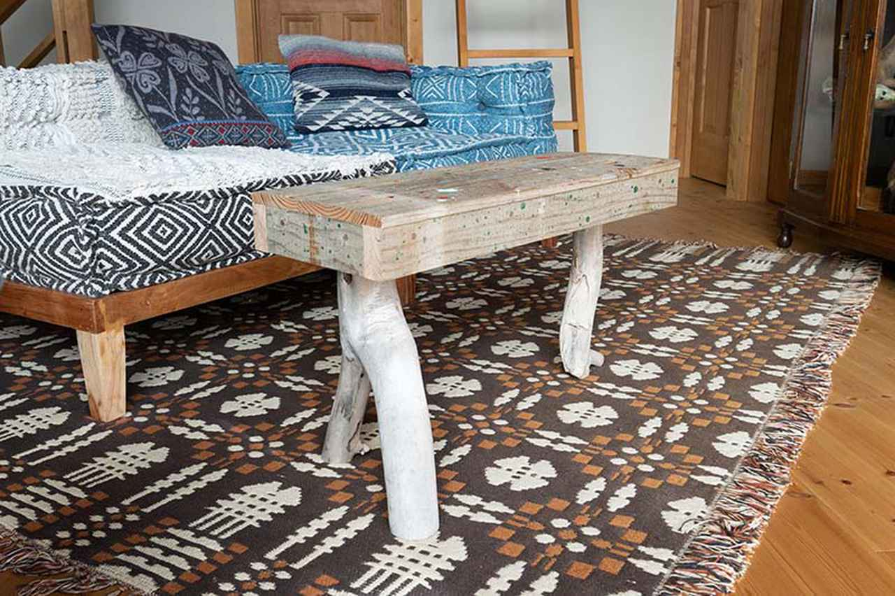画像: 流木を脚にしたテーブルは、功さんの手づくり。3本脚のバランスを取るのに苦労したそう
