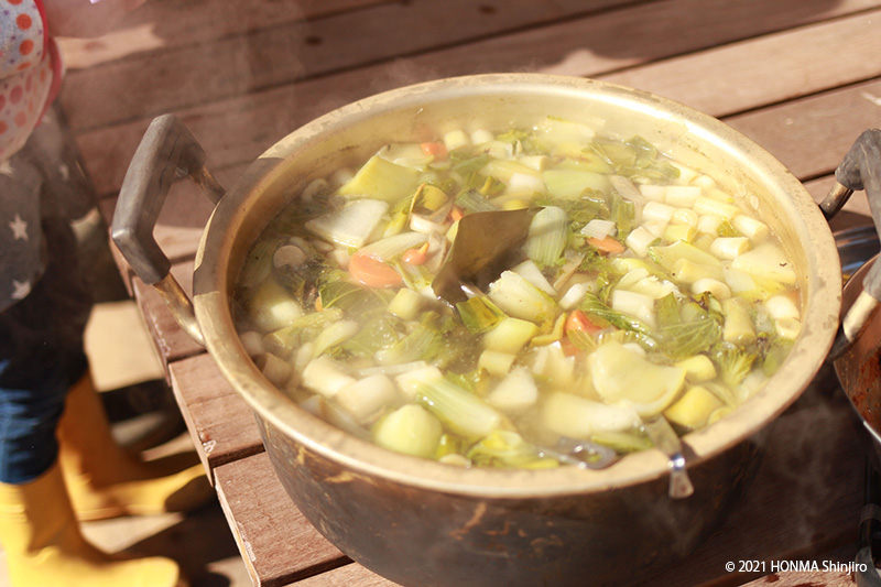 画像: 本間さん家族のある日の昼食。ご近所の各家庭から味噌と野菜を持ち寄って味噌汁づくり
