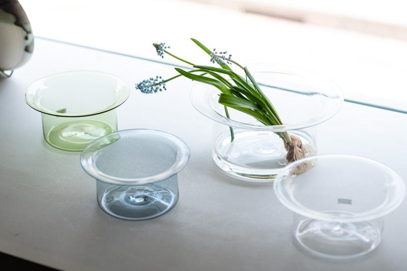 画像: 窓際を彩るのは、ガラス作家、津村里佳さんの花器。かわいらしくも美しいフォルムが秀逸です
