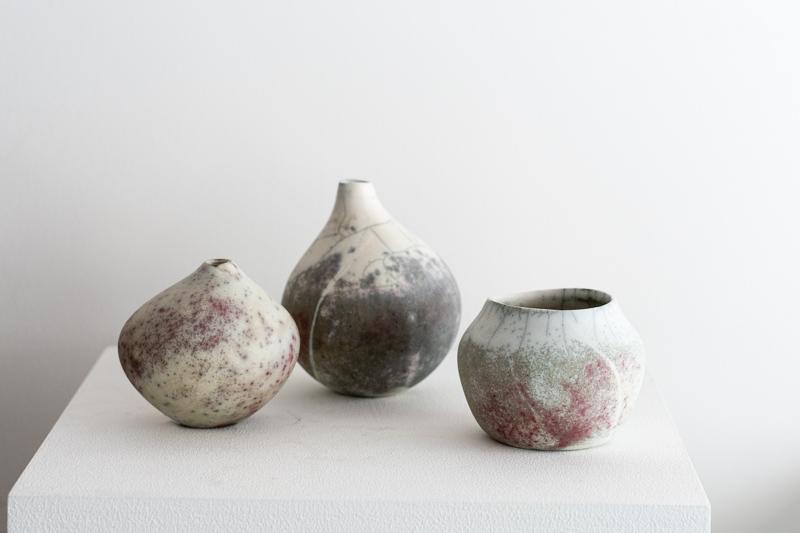 画像: 楽焼の手法でつくられた「花器」。形も表情もさまざまで、どれもはっとする美しさがあります