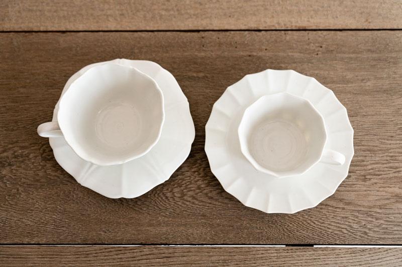 画像: ふたつのカップ&ソーサーを真上から。ゆらぎのある造形の美しさに魅了されます