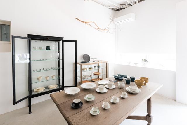 画像: 小島さんお気に入りのアンティークショップ「DOUGUYA」で揃えた棚やテーブルが並びます。西洋のものかと思いきや、意外にもすべて和家具なのだそう