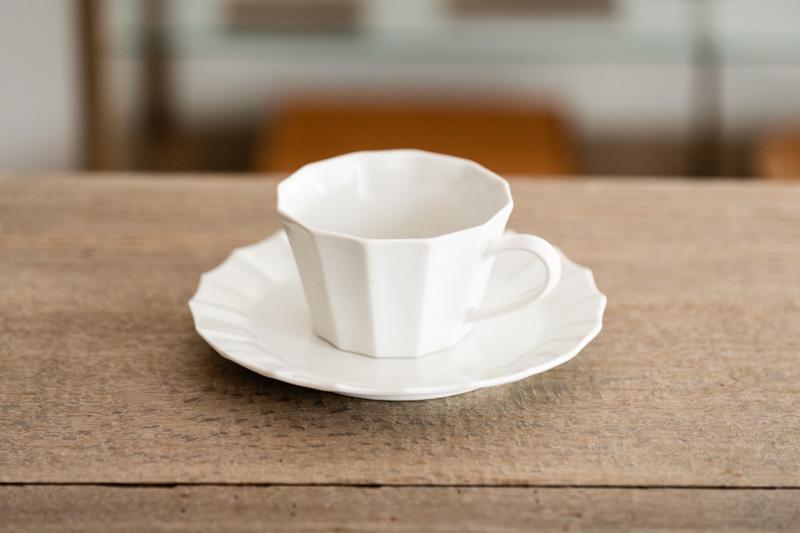 画像: こちらは「白磁12角カップ」と、揃いのソーサー。12角といってもどこか柔らかく、上品さを纏います