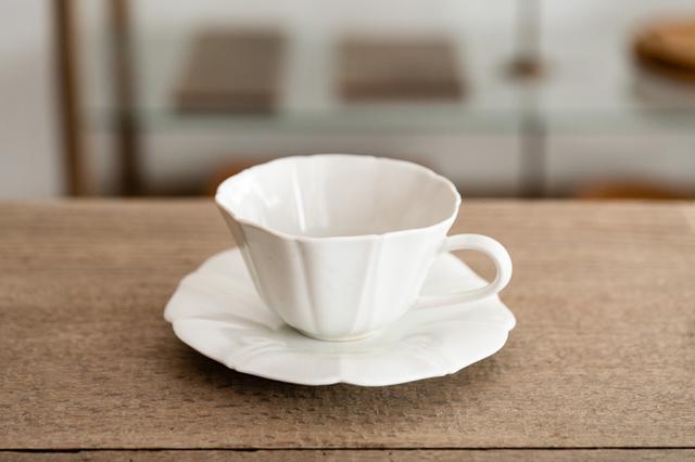 画像: 朝顔の花をモチーフにした可憐なティーカップ「白磁朝顔カップ」と、揃いのソーサー