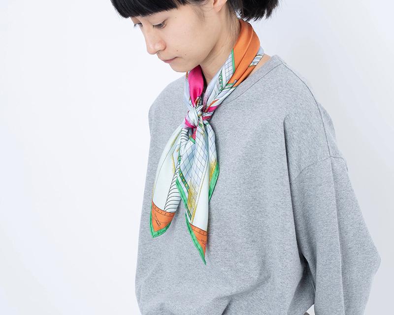 画像: スカーフ[トロンプルイユ] 12,000円/マニプリ Tシャツ 9,000円/ヴェリテクール スカート 60,000円/ヴェリテクール
