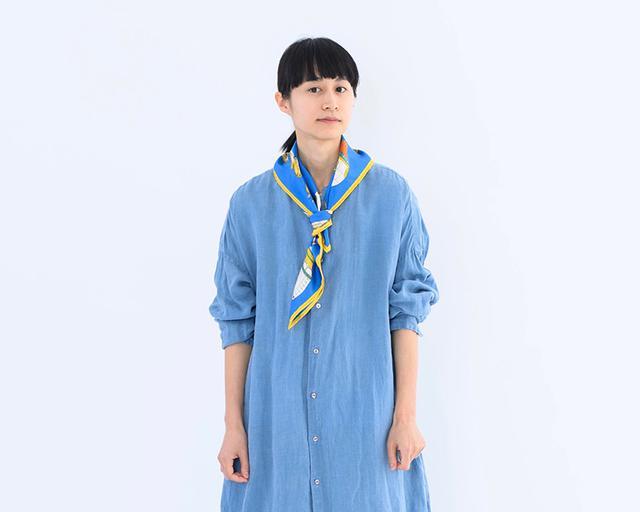 画像: スカーフ[クラシックバルーン] 12,000円/マニプリ ワンピース 26,000円/ヴェリテクール 下に着たTシャツ 9,800円/ティッカ