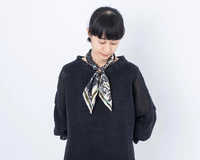 画像: スカーフ 参考商品/マニプリ 黒のニット 30,000円/ヴェリテクール 下に着たカットソー 10,000円/ヴェリテクール