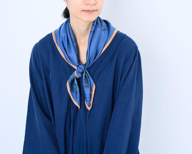 画像: スカーフ[ラ・ヴィレ] 12,000円/マニプリ ワンピース 28,000円/ロワズィール