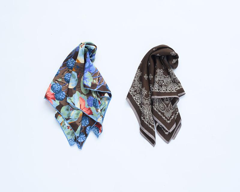 画像: 左)ブラウンベースの多色使いのスカーフ/スタイリスト私物 右)ブラウンベースの2色使いのスカーフ/スタイリスト私物