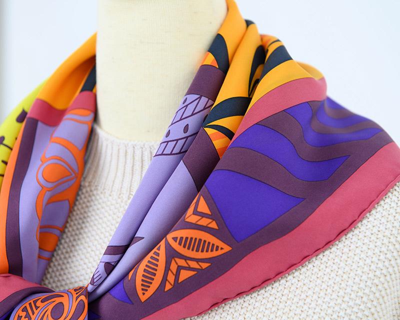 画像: しっかりしたハリのある素材のスカーフ/スタイリスト私物