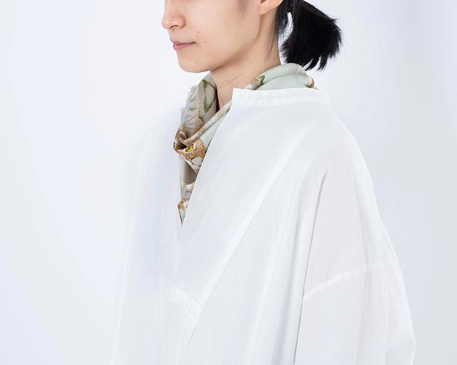 画像: スカーフ[キャッツ] 12,000円/マニプリ ワンピース 26,000円/ヴェリテクール