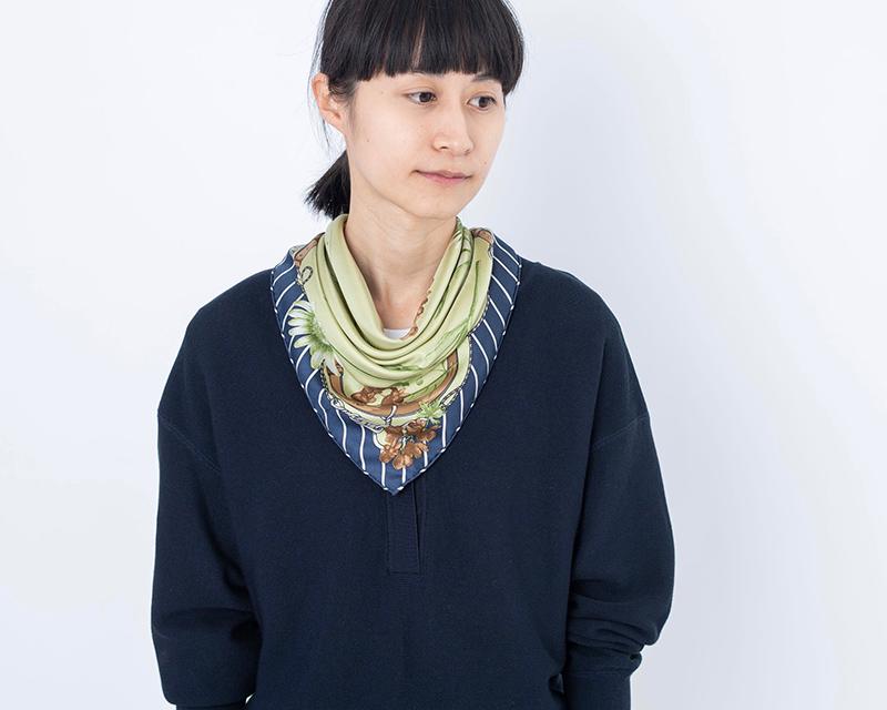 画像: スカーフ[フルール] 12,000円/マニプリ ネイビーのニット 23,000円/ティッカ