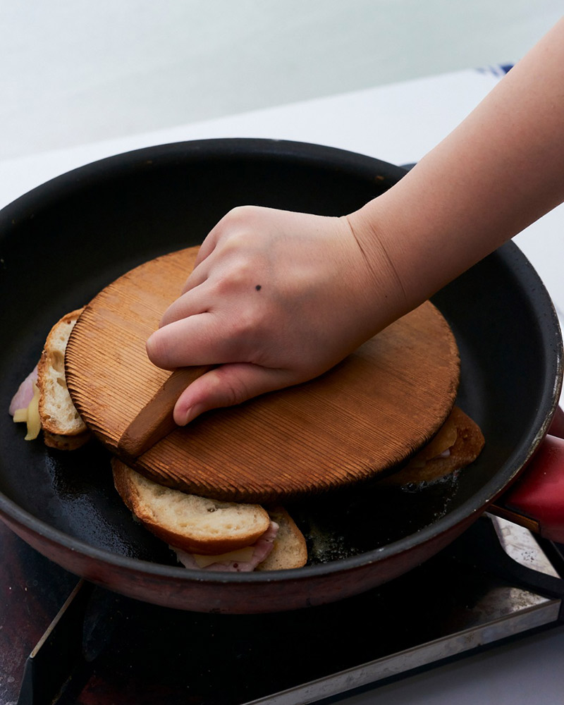 画像: パンが押しつぶれるくらい強く押しつけます