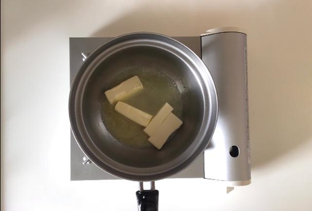 画像: バターを焦がしていきます
