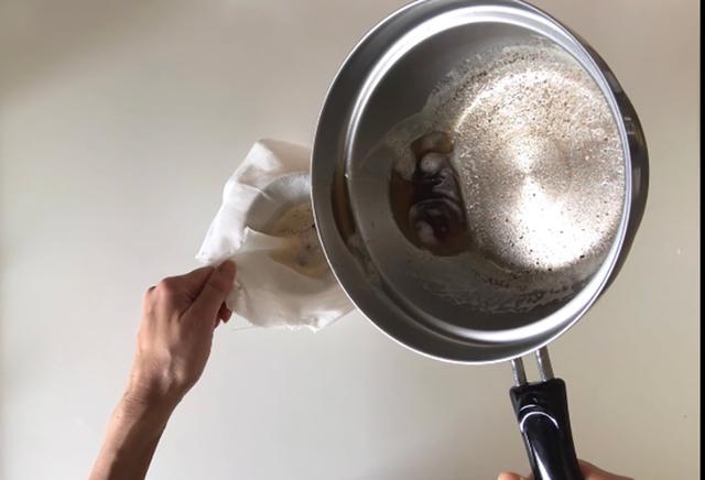 画像: 焦がしバターを漉します