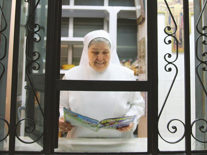 画像: 修道院の売店では、窓越しにレシピについて尋ねれば、教えてくれることも