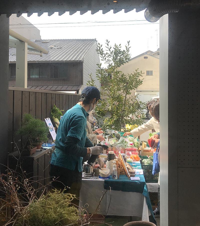 画像: この日の万年青のオモテ市は、八百屋と自家焙煎コーヒーが店先に出店。