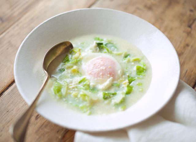 画像: 春キャベツと落とし卵の甘酒豆乳スープのつくり方