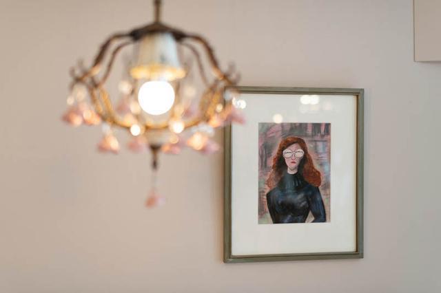 画像: ホテルと親交の深かったといわれる、池波正太郎の絵が飾られるパーラーの壁