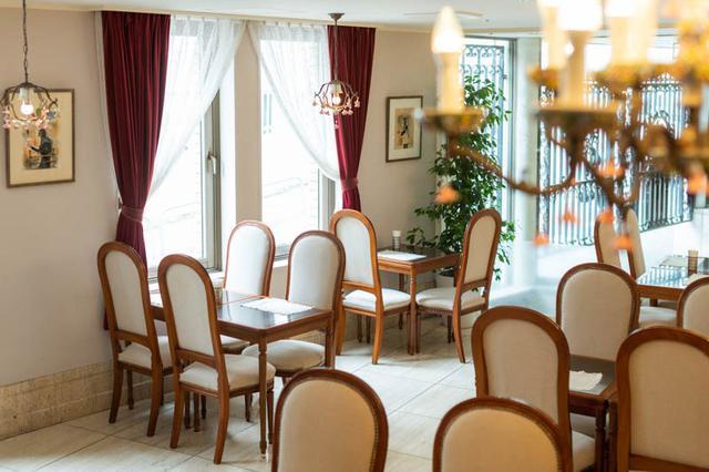 画像: 店の創業時から使われている家具は、リニューアル時にファブリックの張り替えを行った